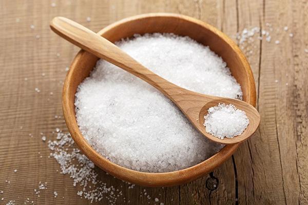 Massage với muối giúp bạn giảm béo mặt và sở hữu làn da mịn màng, khỏe khoắn